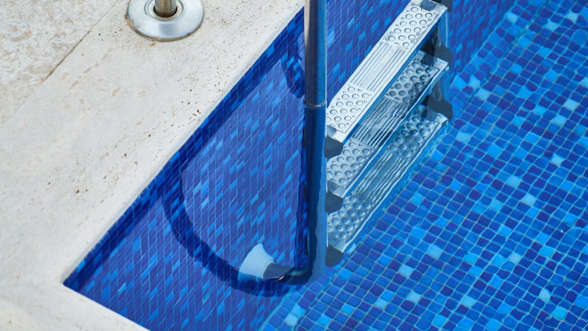 Nettoyer une piscine avec nettoyeur haute pression: conseils, étapes
