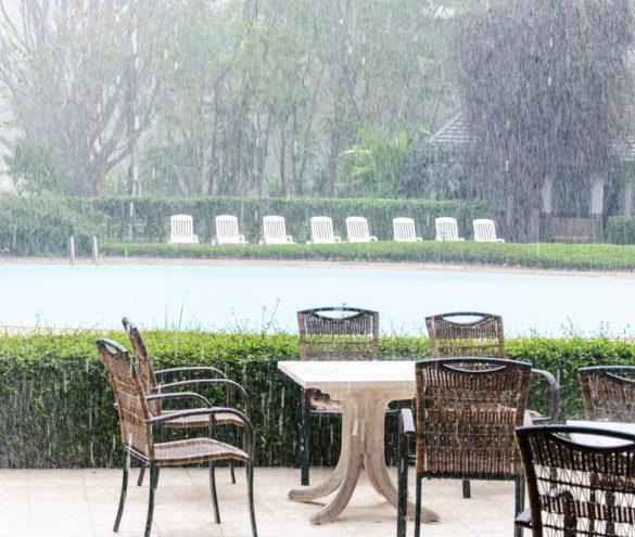 Comment protéger son mobilier de jardin de la pluie et des intempéries