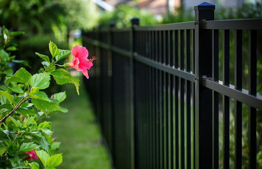 Installer une clôture en aluminium dans son jardin