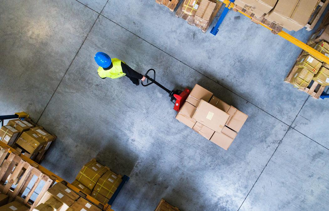 8 appareils de levage et manutention indispensables dans un entrepôt