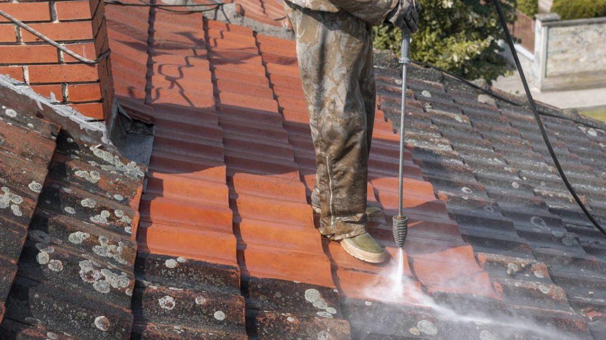 Comment démousser sa toiture efficacement ?